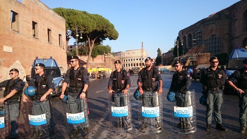 Le forze dell'ordine che sorvegliano sulla via dei Fori imperiali lo svolgimento della manifestazione a sostegno dei rifugiati